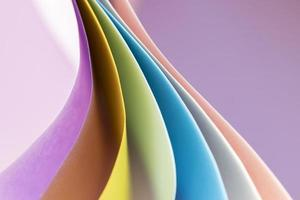camadas curvas de papéis coloridos foto