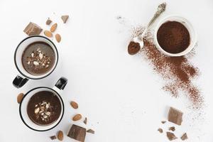 chocolate quente com nozes e cacau em pó foto