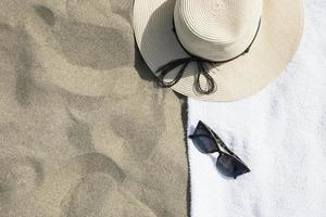 chapéu e toalha de praia foto