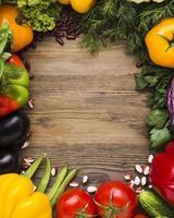 variedade de legumes em fundo de madeira foto