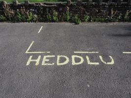 heddlu significa polícia em sinal de estacionamento reservado galês foto