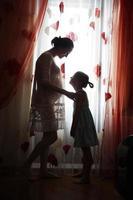 jovem mãe grávida com uma filha foto