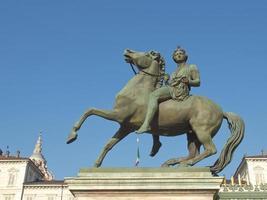 estátua barroca em frente ao palazzo reale, o palácio real em turin, itália foto