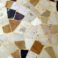 chão com ladrilhos irregulares foto