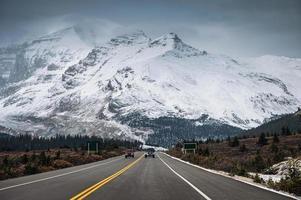 carro na rodovia e cordilheira nevada em sombrio na estrada de gelofields foto
