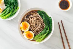 macarrão ramen com ovo - estilo de comida vegana ou vegetariana foto