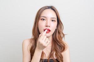 retrato linda mulher maquiada e usando batom vermelho foto
