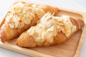 croissant com creme e amêndoas foto