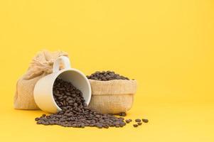 terminal de café em grão cena de fundo amarelo foto
