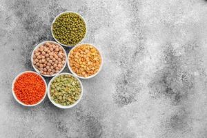 variações de mingaus e feijão em pires brancos foto