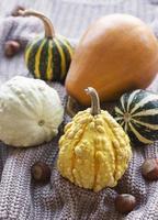 uma natureza morta de outono rústica com abóboras foto