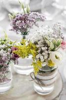 arranjo e decoração de flores design de interiores rústico em mesa de casamento foto
