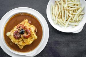 francesinha tradicional carne queijo molho picante sanduíche grelhado porto portugal foto