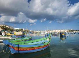 barcos luzzu pintados de maltês tradicional na vila de pescadores de marsaxlokk malta foto