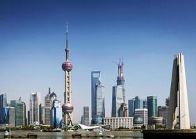 arranha-céus modernos à beira do rio Pudong na cidade central de Xangai, China foto