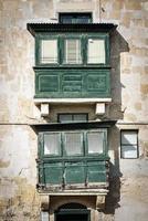 detalhe da arquitetura da janela da casa tradicional la valletta cidade velha de malta foto