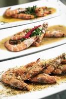frutos do mar portugueses misturados com pratos tradicionais de tapas de camarão na mesa do restaurante foto