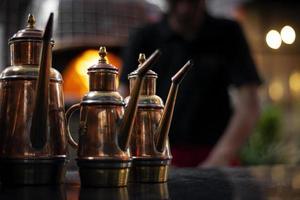 detalhe tradicional dispensador de galheteiro de azeite de cobre em restaurante italiano foto