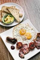 pequeno-almoço inglês tradicional britânico frito com ovos, bacon e salsicha foto