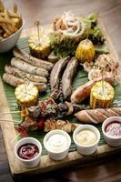 grelhados orgânicos grelhados grelhados prato de carne refeição rústica foto