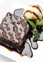 sobremesa brownie de chocolate vegan com sorvete de baunilha sem laticínios foto