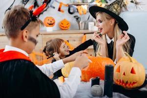 os preparativos da família para o feriado de halloween e tenham um tempo engraçado. conceito helloween foto