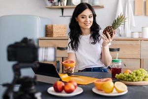 mulher fofa e atraente falando sobre alimentação saudável e fazendo vídeos foto