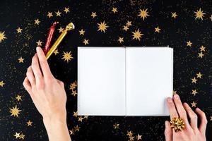 mãos femininas escrevendo cartas de saudação de natal foto