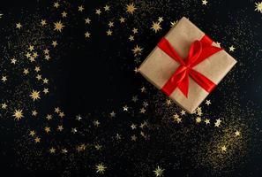 caixas de presente com fita dourada em fundo de brilho foto
