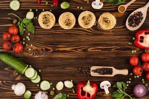 legumes e massas em uma placa de madeira. foto