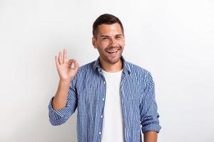 homem mostrando um gesto ok em estúdio. - imagem foto