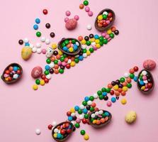 composição de Páscoa com ovos de chocolate no fundo rosa. foto