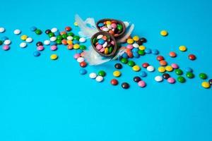 deliciosos ovos de páscoa de chocolate, doces no fundo azul foto