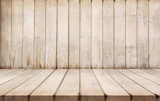 fundo da sala com piso de madeira foto