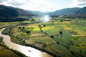 vistas do cenário do campo e campos verdes em um dia claro foto