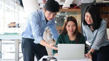 equipe de corretora imobiliária usando laptop com sorriso, comércio imobiliário, conceitos de negócios. foto