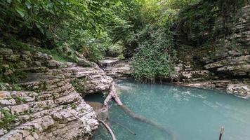 bela floresta e rio de montanha em psakho canyon, krasnodar krai, rússia. foto