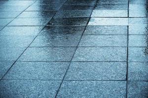 pavimento brilhante com azulejos molhados e reflexos foto