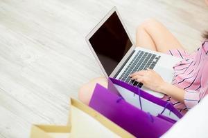 mulher asiática, compras online com o computador portátil. foto