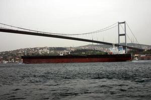 um grande petroleiro passando sob a ponte no Bósforo foto