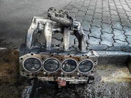 o bloco de cilindros do motor de quatro cilindros. veículo motorizado desmontado para reparação. foto
