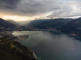 depois da tempestade, lindo pôr do sol sobre o lago foto