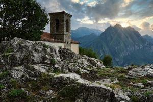 lindo pôr do sol sobre o campo das montanhas foto