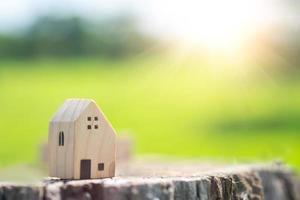 modelo de uma casa em miniatura em uma moeda de ouro com um fundo branco do copyspace. investir em imóveis como um negócio é uma ótima maneira de economizar dinheiro. foto