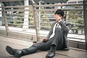 empresário tem dor de cabeça e estressado, conceito desempregado, conceito falido, conceito insalubre foto
