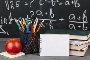 material escolar na mesa foto