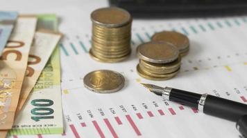 arranjo de moedas e notas foto