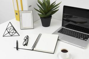 arranjo de mesa de escritório foto
