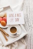 macarons no café da manhã com uma xícara de café foto