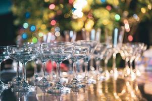 close up de copos de martini com bebidas alcoólicas no bar em boate com fundo colorido bokeh. feche o álcool no restaurante pub. conceito de comida e bebida foto